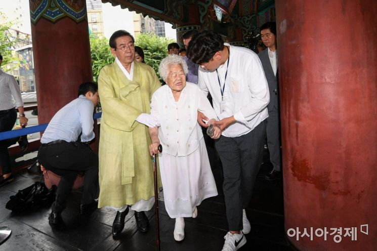 [포토]보신각 타종 마친 박원순 서울시장-이옥선 할머니