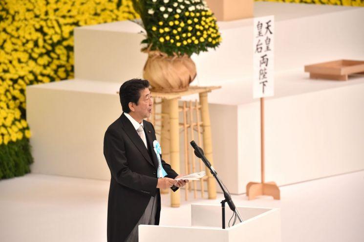 15일 일본 도쿄의 '닛폰부도칸'에서 열린 태평양전쟁 종전 74주년 '전국 전몰자 추도식'에서 아베 신조 일본 총리가 기념사를 하고 있다. [이미지출처=연합뉴스]