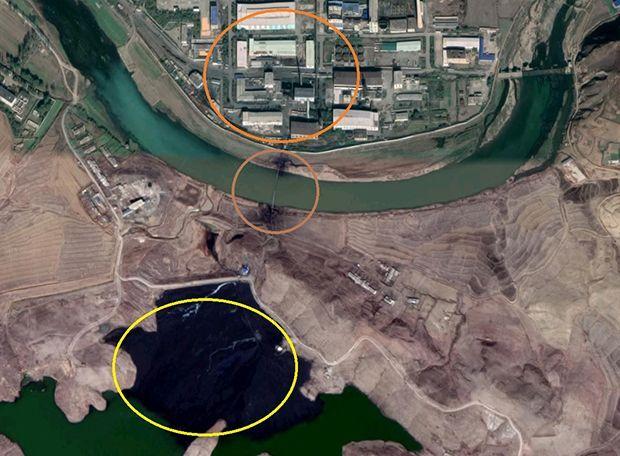 북한의 평산 우라늄공장(맨 위 원)과 폐기물운반용 파이프(중간 원), 그리고 폐기물이 있는 저수지. <사진=RFA>