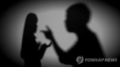 """""""다른 남자랑 잤냐"""" 아내 의심해 흉기 휘두른 50대 징역"""