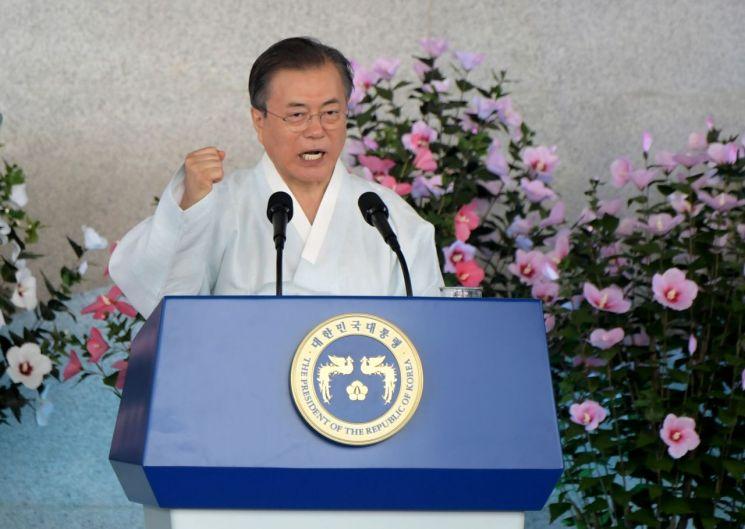 문재인 대통령이 지난 8월 15일 오전 천안 독립기념관 겨레의 집에서 열린 제74주년 광복절 경축식에서 경축사를 마치며 주먹을 쥐고 있다. <사진=공동취재단>