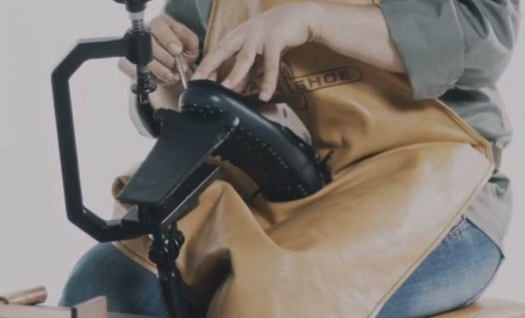 최초의 드라이빙슈즈 브랜드 '카슈'는 장인이 직접 손으로 제작한 수제화로 부유층의 사치품 중 하나였습니다. [사진=유튜브 화면캡처]