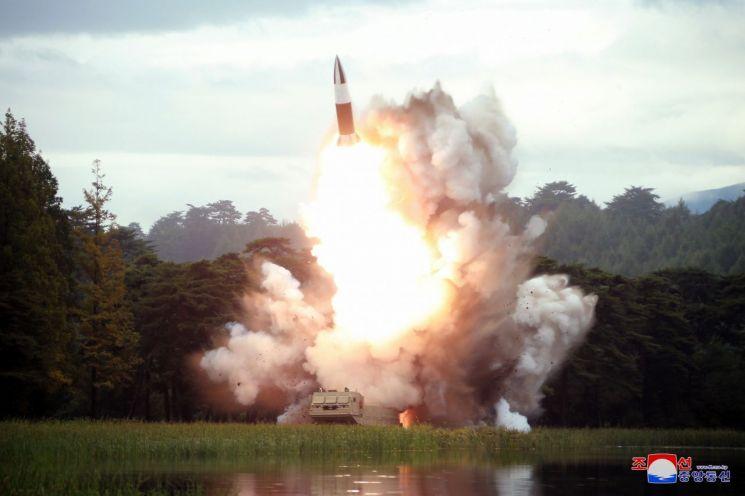 북한이 16일 또다시 김정은 국무위원장의 지도 하에 새 무기 시험사격을 했다고 조선중앙통신이 17일 보도했다. 지난 10일 발사 때처럼 이번에도 '새 무기'를 특징하는 명칭은 거론하지 않았다. 사진은 발사 현장 모습으로, '북한판 에이태킴스'로 추정되는 발사체가 화염을 뿜으며 상공으로 치솟고 있고, 하단에 무한궤도형 발사차량(TEL)의 모습도 포착됐다.