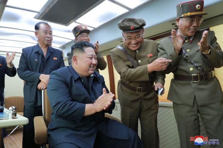 북한이 16일 또다시 김정은 국무위원장의 지도 하에 새 무기 시험사격을 했다고 조선중앙통신이 17일 보도했다. 지난 10일 발사 때처럼 이번에도 '새 무기'를 특징하는 명칭은 거론하지 않았다. 사진은 이날 김 위원장이 지휘소 모니터를 바라보며 박수를 치는 모습이다.