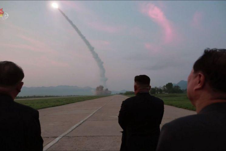 정은 북한 국무위원장이 지난 6일 서부작전비행장에서 이뤄진 신형전술유도탄 발사를 참관했다고 조선중앙TV가 7일 보도했다. 중앙TV가 공개한 당시 사진에서 김 위원장이 수행 간부들과 활주로 위에서 유도탄이 날아가는 모습을 지켜보고 있다.