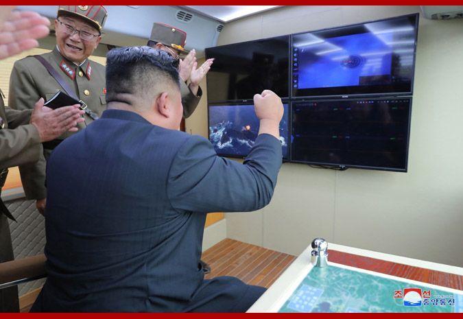 김정은 북한 국무위원장이 16일 또다시 '새 무기' 시험사격을 지도했다고 조선중앙통신이 17일 보도했다. 중앙통신 홈페이지에 공개된 사진으로, 김 위원장이 지휘소 모니터를 바라보며 두 주먹을 불끈 쥐고 환호하는 모습이다.