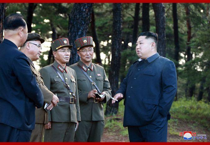 김정은 북한 국무위원장이 16일 또다시 '새 무기' 시험사격을 지도했다고 조선중앙통신이 17일 보도했다. 중앙통신 홈페이지에 공개된 사진에서 수행 간부들을 상대로 이야기 하는 김 위원장의 오른손에 담배가 들려있다.