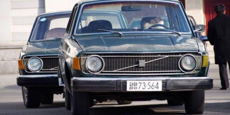김일성 주석은 1973년 스웨덴과 수교 직후 스웨덴산 볼보 자동차 1000대와 아세아(Asea), 아트라스 콥코(Atlas Copco), 알파 라바(Alfa Lava)로부터 중장비를 주문했다. 당시 스웨덴 기업들은 북한 시장을 선점하기 위해 주문에 대한 선금도 받지 않고 물품을 넘겨줬지만 이후 북한은 대금을 지불하지 않고 있다. 1970년대만 해도 북한은 세계적인 광물자원 보유량을 앞세워 다른 아시아 국가보다 경제 사정이 좋았다.
