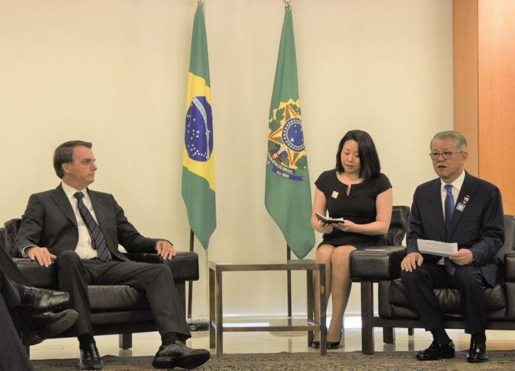 최신원 SK네트웍스 회장(사진 맨 오른쪽)이 22일(현지시간) 브라질 대통령궁에서 자이르 보우소나루 브라질 대통령(사진 맨 왼쪽)과 만나 양국 협력 강화를 위한 다양한 주제로 대화를 나눴다./사진=SK네트웍스