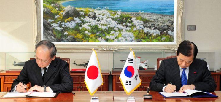 지난 2016년 11월 23일 서울 용산구 국방부에서 한민구 국방부 장관(오른쪽)과 나가미네 야스마사 주한일본대사가 군사비밀정보보호협정(GSOMIA)을 체결하는 모습. (사진=국방부)