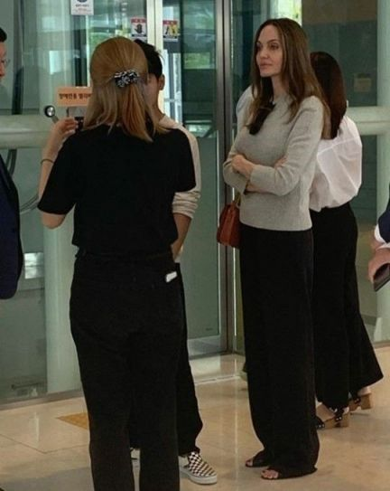 할리우드 배우 안젤리나 졸리(44)가 장남 매덕스 졸리-피트(18)가 지난 21일 연세대학교 인천 송도 캠퍼스를 방문한 모습이 포착됐다/사진=온라인커뮤니티