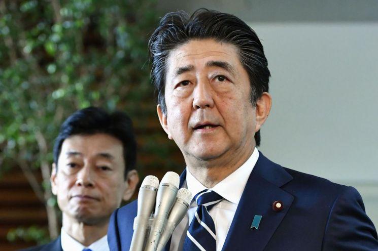 아베 신조 일본 총리가 23일 도쿄 관저에서 취재진의 질문에 답하고 있다. (사진=연합뉴스)