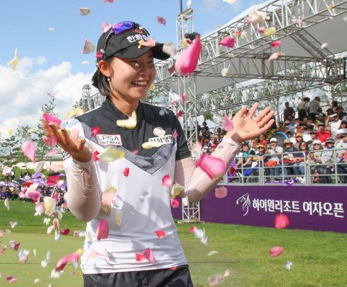 임희정이 하이원리조트여자오픈 우승 직후 꽃잎 세례를 받고 있다. 사진=KLPGA