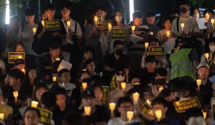 28일 서울 관악구 서울대학교에서 열린 '조국 법무부 장관 후보자 사퇴를 촉구하는 2차 촛불집회'에 참석한 참가자들이 촛불과 피켓을 들고 구호를 외치고 있다. 이날 집회에는 재학생과 졸업생 등 약500여명(주최측 추산)이 참석했다./윤동주 기자 doso7@