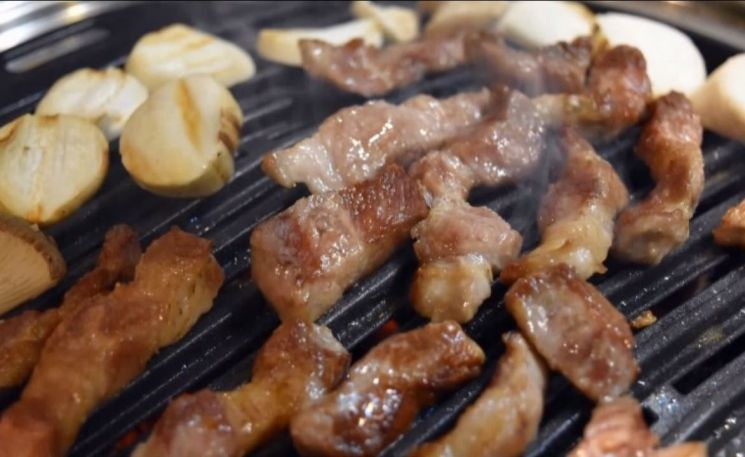 고기는 바짝 익히지 않고 먹어야 합니다. [사진=유튜브 화면캡처]