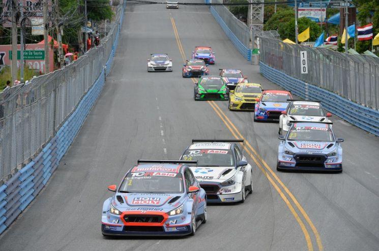 지난달 31일부터 이달 1일까지 태국 방센 스트리트 서킷에서 열린 TCR 아시아 시리즈 시즌 마지막 대회에서 현대차 'i30 N TCR'과 폭스바겐 '골프 GTI TCR', 아우디 'RS3 LMS TCR' 등이 경주하고 있는 모습(사진=현대차)