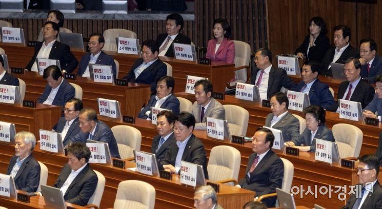 2일 국회 본회의장에서 열린 정기국회 개회식에 참석한 자유한국당 의원들이 조국 후보자 관련 피켓을 모니터에 걸어놓고 있다./윤동주 기자 doso7@