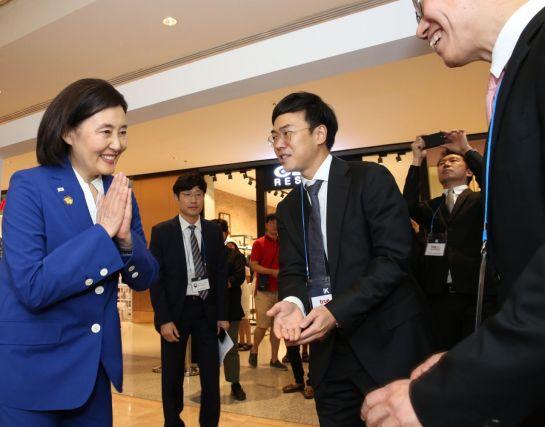 박영선 중기부 장관(왼쪽)이 2일 태국에서 브랜드 k 쇼룸을 방문해 부스를 둘러보며서 관계자들과 인사를 하고 있다.