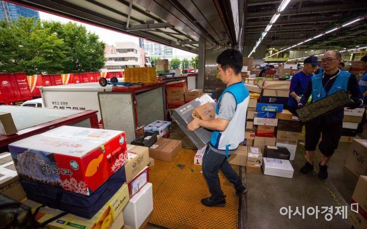 지난 2019년 민족 최대 명절 '추석'을 앞두고 서울 광진구 동서울우편물류센터에서 인력들이 명절 선물 택배를 분류하고 있다./강진형 기자aymsdream@