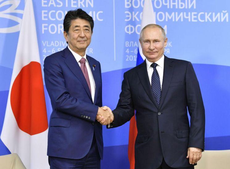 러시아 블라디보스토크에서 열린 '동방경제포럼'에서 회담을 가진 블라디미르 푸틴 대통령(오른쪽)과 아베신조 일본 총리(왼쪽)의 모습. 사진 = 연합뉴스