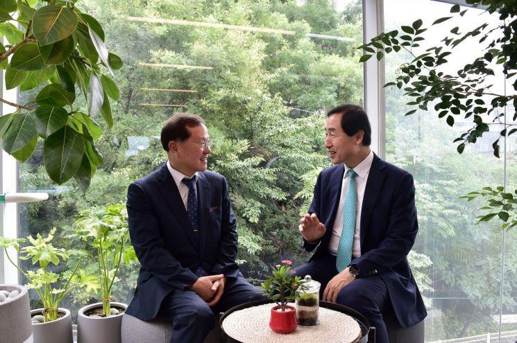 문석진 서대문구청장(오른쪽)과 김순은 대통령소속 자치분권위원회 위원장이 5일 신촌문화발전소에서 자치분권의 과제와 전망에 대해 의견을 나누고 있다.