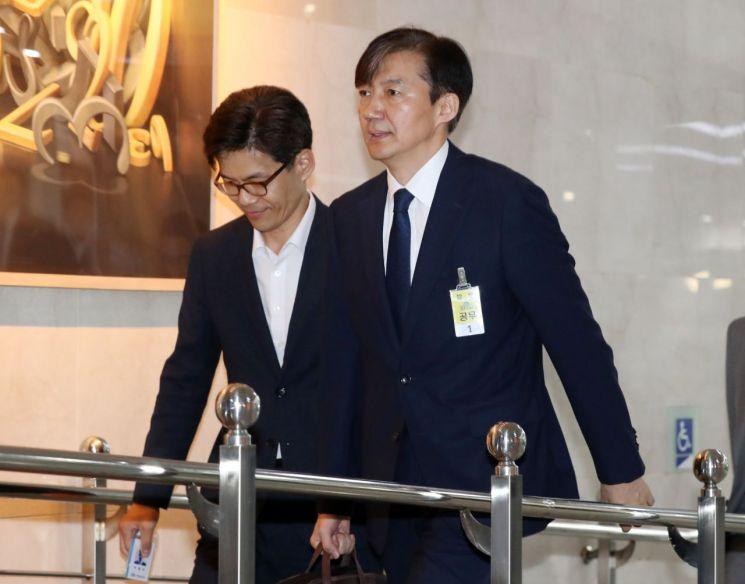 조국 법무부 장관 후보자가 인사청문회가 열리는 6일 오전 국회 민원실로 들어오고 있다. [이미지출처=연합뉴스]
