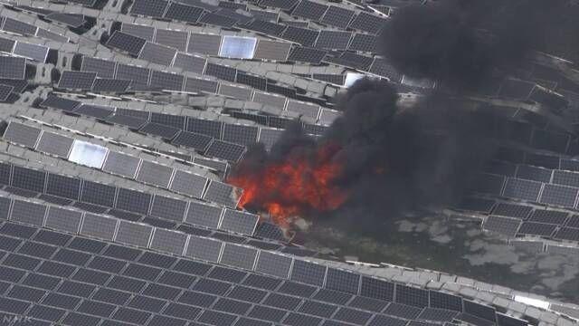 9일 오후 일본 지바현 태양광발전시설 '수상 메가솔라'에서 발생한 화재의 모습(사진=NHK/www.nhk.or.jp)