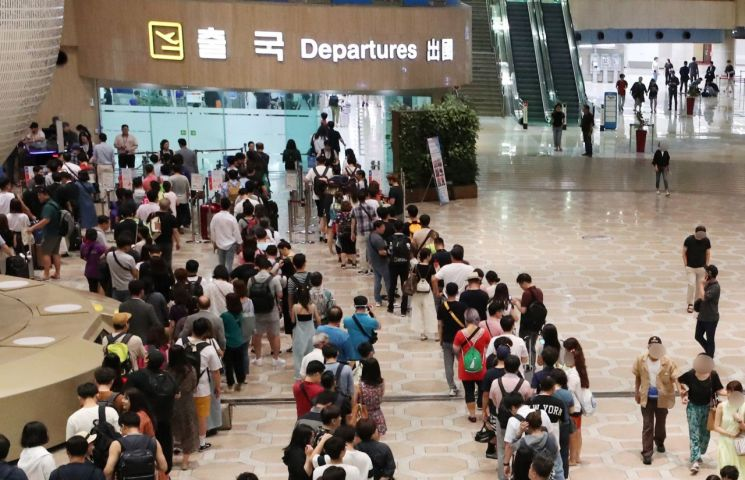 김포공항에서 여행객들이 출국 수속을 기다리고 있다.[이미지출처=연합뉴스]