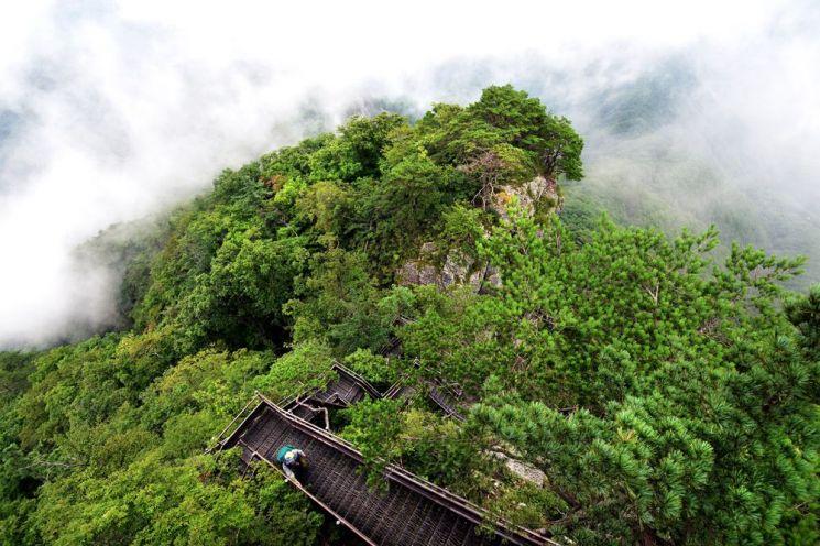이어지다 끊어지고 다시 이어지는 악명높은 월악산 계단