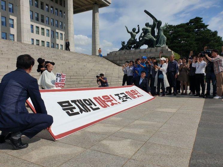 박인숙 자유한국당 의원은 11일 오전 국회 본관 계단 앞에서 조국 법무부 장관 임명에 대한 항의의 표시로 삭발식을 단행했다. /류정민 기자 jmryu@