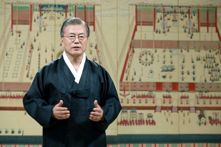 문재인 대통령이 10일 청와대 본관에서 국민과 해외동포에게 추석 명절 인사를 전하고 있다. 사진=청와대