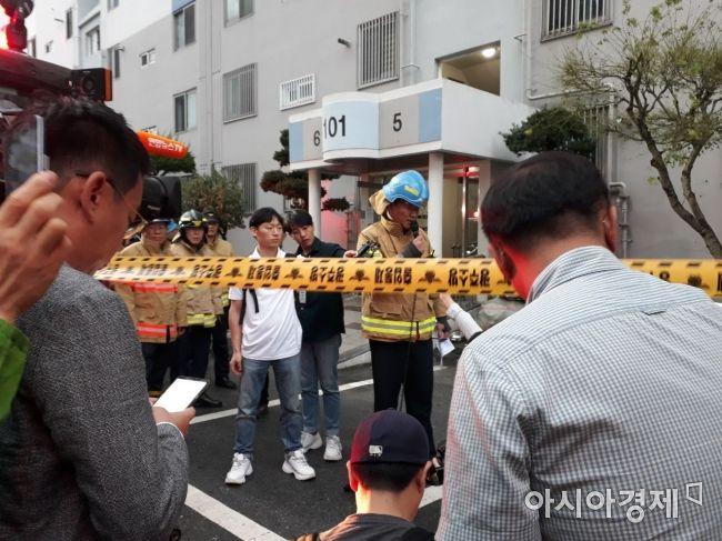 12일 화재가 발생한 광주광역시 광산구 송정동 한 아파트에서  소방관이 화재에 대해 설명을 하고 있다.