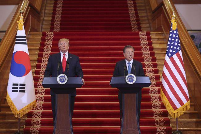 문재인 대통령과 도널드 트럼프 대통령이 23일(현지 시간) 뉴욕에서 정상회담을 갖는다. 사진은 지난 6월 30일 문 대통령과 트럼프 대통령이 청와대에서 정상회담을 한 뒤 공동기자회견을 하는 모습.  사진=청와대