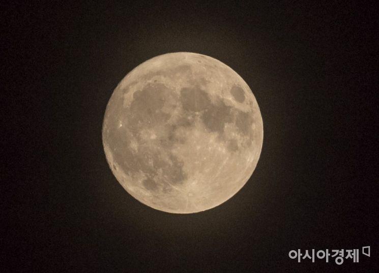 추석 명절인 13일 밤 서울하늘에 한가위 보름달이 떠오르고 있다./윤동주 기자 doso7@