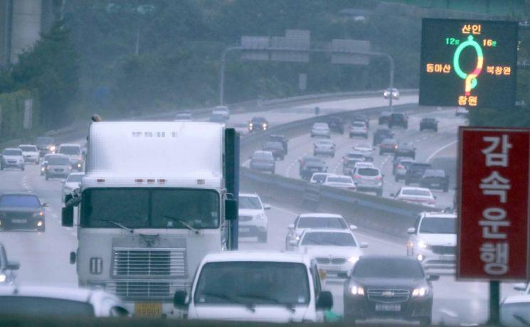 추석 연휴 첫날인 지난 12일 남해고속도로에서 비가 내리는 가운데 차량이 달리고 있다. 이날 부산을 오가는 귀성길 교통상황은 대체로 원활한 흐름을 보였다. / 사진=연합뉴스