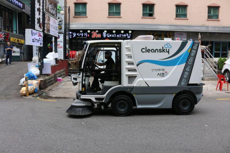 서초구 '친환경 소형 전기청소차' 시범운행