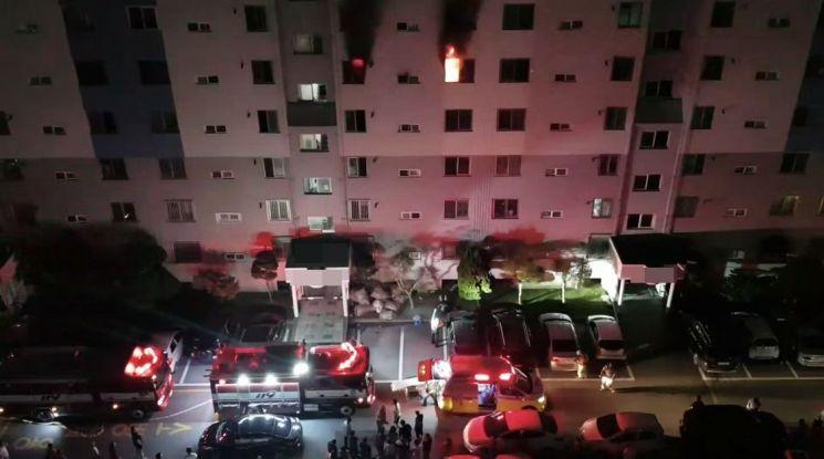 12일 오전 광주 광산구 한 아파트 5층에서 불이 나 50대 부부가 숨지고 자녀와 주민 등이 부상을 입었다. [이미지출처=연합뉴스]