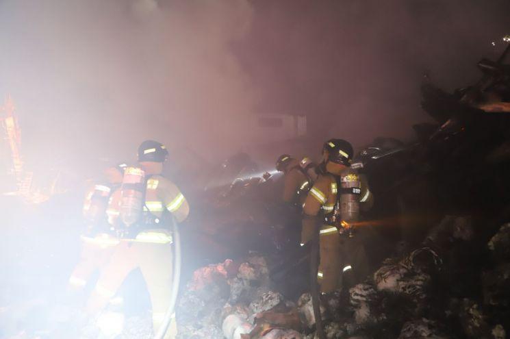 12일 오후 8시 25분께 경북 구미시 공단동 한 섬유공장에서 불이 나 소방당국이 화재 진압을 하고 있다. [이미지출처=연합뉴스]