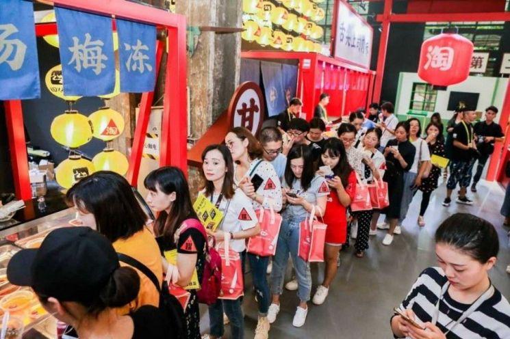 음식 부스 앞에 줄을 선 TMF 2019 관람객들. [사진 = 알리바바]