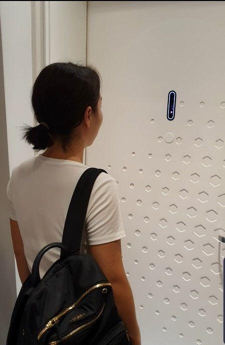 얼굴인식을 시도하고 있는 투숙객.