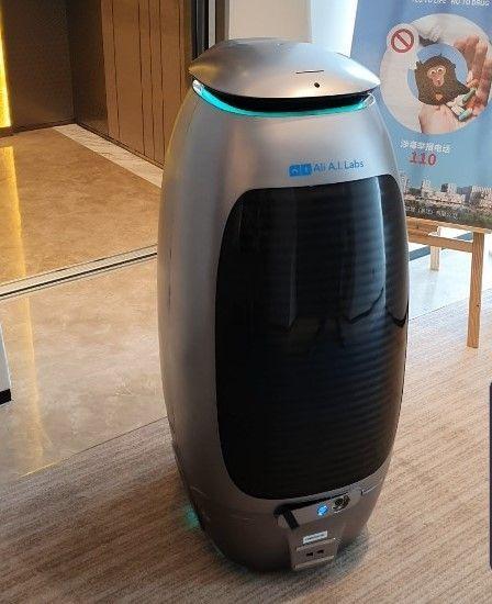 호텔에서 셀프 서비스와 서빙 업무를 담당하는 AI 로봇.