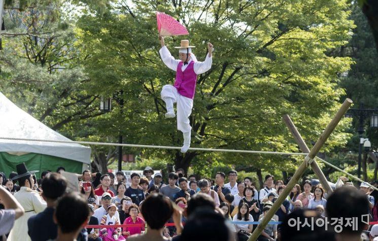 [포토] '전통 줄타기' 공연 즐기는 시민들
