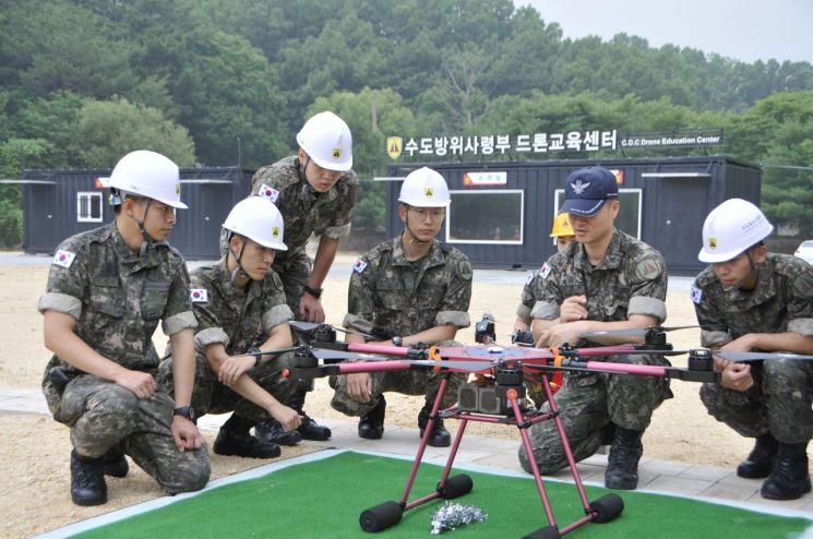 수도방위사령부 드론 교육센터에서 장병들이 드론 조종 실습을 하고 있다. (사진=대한민국 육군)