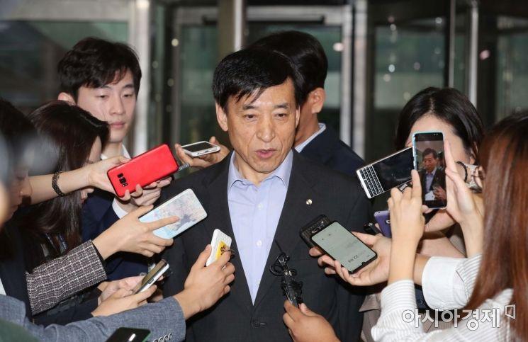 이주열 한국은행 총재가 19일 서울 중구 한국은행 본관으로 출근하던 중 미국 연방준비제도의 기준금리 인하 결정에 대한 취재진 질문에 답변하고 있다. /문호남 기자 munonam@