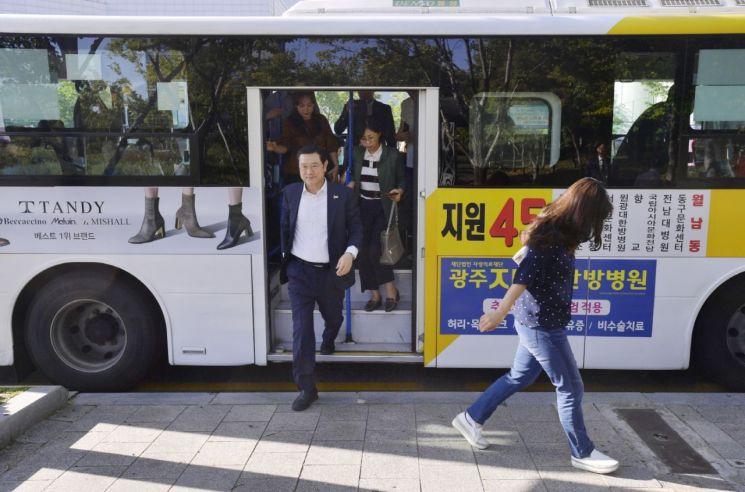 [포토] 이용섭 광주시장 '차 없는 날' 대중교통으로 출근