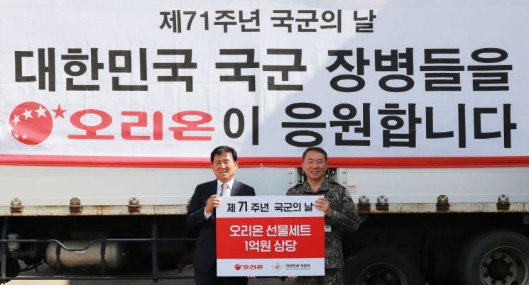 19일  '국군 후원 물품 전달식' 이후 기념사진을 촬영하고 있는 이경재 오리온 대표이사(왼쪽), 김경수 국군의 날 행사기획단장.
