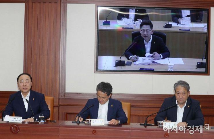 [포토]김현수 농림부 장관과 대화하는 홍남기 부총리