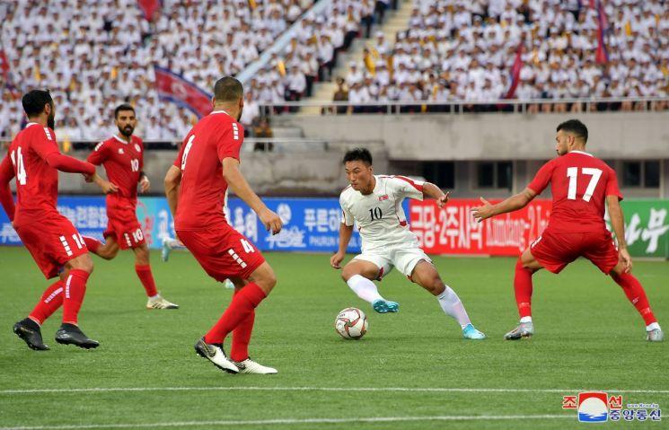 북한 대표팀이 지난 5일 평양의 김일성경기장에서 열린 카타르월드컵 아시아지역 2차 예선 조별 리그 H조 1차전 레바논과의 홈 경기에서 두 골을 터트린 주장 정일관의 활약을 앞세워 2-0으로 이겼다고 조선중앙통신이 6일 보도했다.