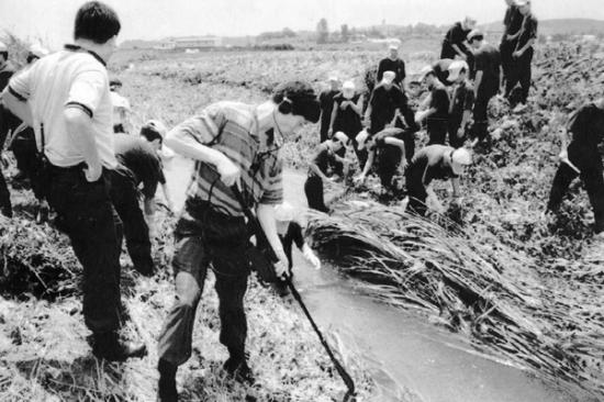 1993년 7월 화성연쇄살인사건 수사본부가 화성군 정남면 관항리 인근 농수로에서 유류품을 찾고 있는 모습 [이미지출처=연합뉴스]