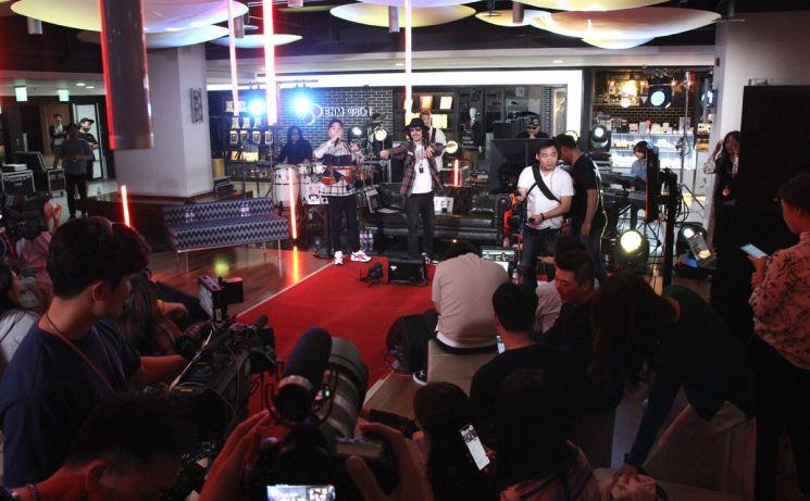 CJ ENM 오쇼핑부문의 모바일 쇼핑방송 '쇼크라이브'에 출연해 노래를 선보이고 있는 타이거JK.